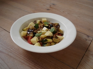 Salade spelt aubergine courgette tomaat olijf parmezaan munt