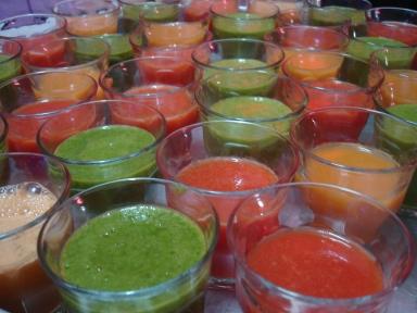 Verse fruit- en groentesappen met wortel, tomaat en spinazie