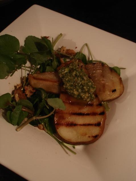 Salade van waterkers,  gegrilde peer en walnootpeterseliepesto