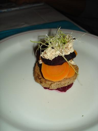 Torentje van biet, wortel en tofucreme