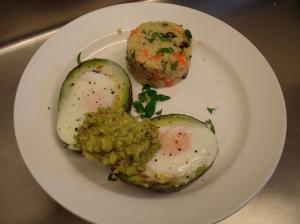 Heel gezonde lunch met couscous met groenten, avocado gevuld met ei en guacamole