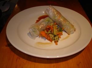 Rice paper rolls met omelet en avocado