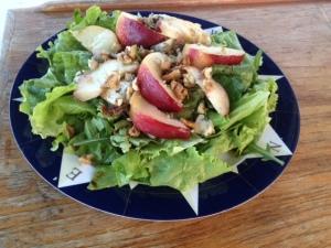 Salade met andijvie, nectarine en blauwe kaas